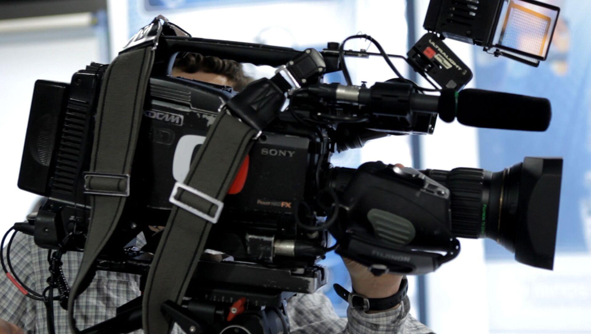 Kameraman české veřejné televizní společnosti Česká televize s kamerou - Sputnik Česká republika, 1920, 26.03.2021