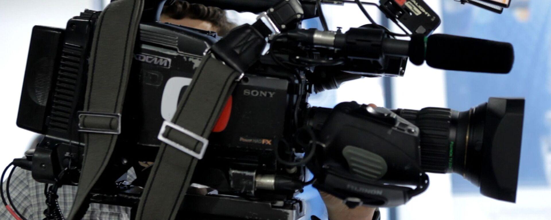 Kameraman české veřejné televizní společnosti Česká televize s kamerou - Sputnik Česká republika, 1920, 30.06.2021