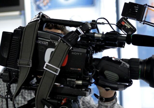 Kameraman české veřejné televizní společnosti Česká televize s kamerou
