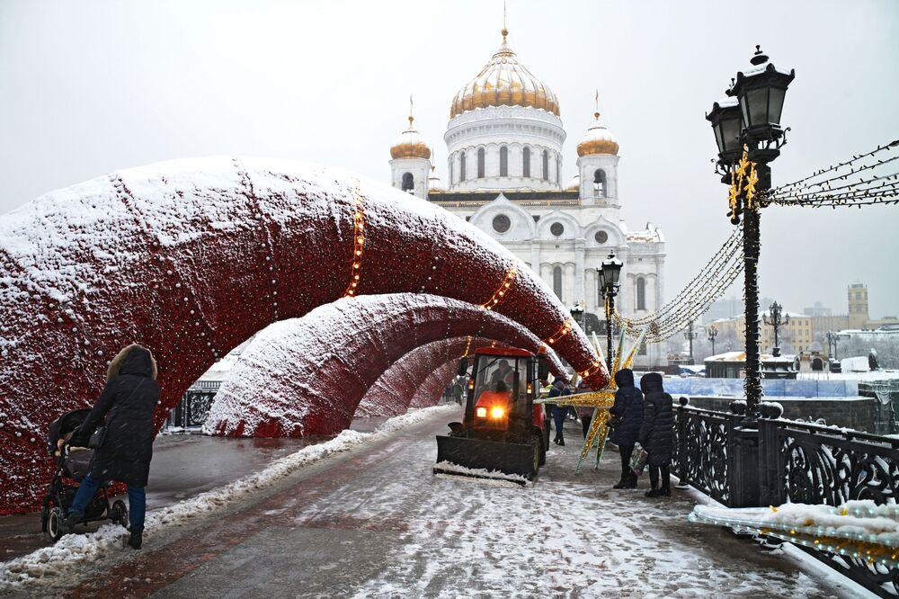 Sněhová fréza na Patriarchálním mostě v Moskvě