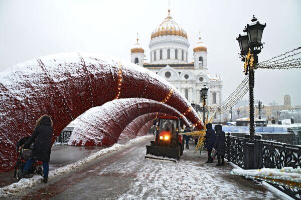Sněhová fréza na Patriarchálním mostě v Moskvě - Sputnik Česká republika