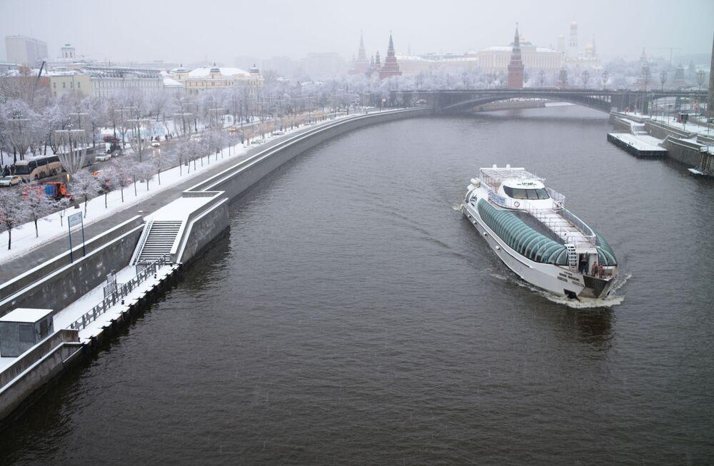Loď Radisson Royal na řece Moskva