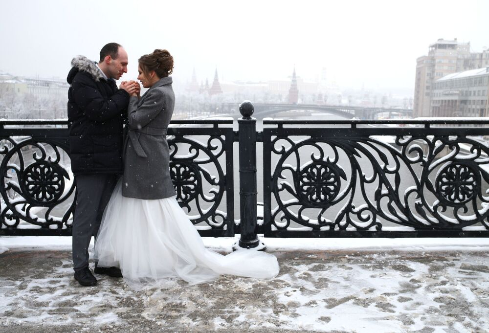 Novomanželé na jednom z mostů