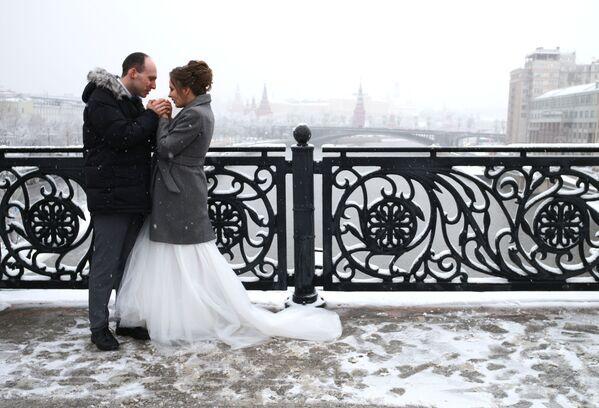 Novomanželé na jednom z mostů - Sputnik Česká republika