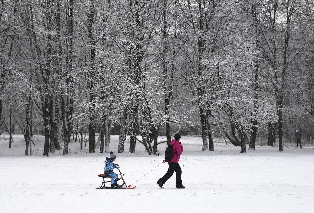 Žena na procházce s dítětem v jednom z moskevských parků