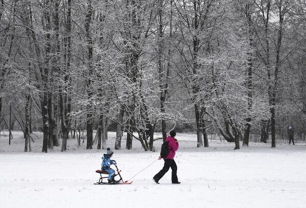 Žena na procházce s dítětem v jednom z moskevských parků - Sputnik Česká republika