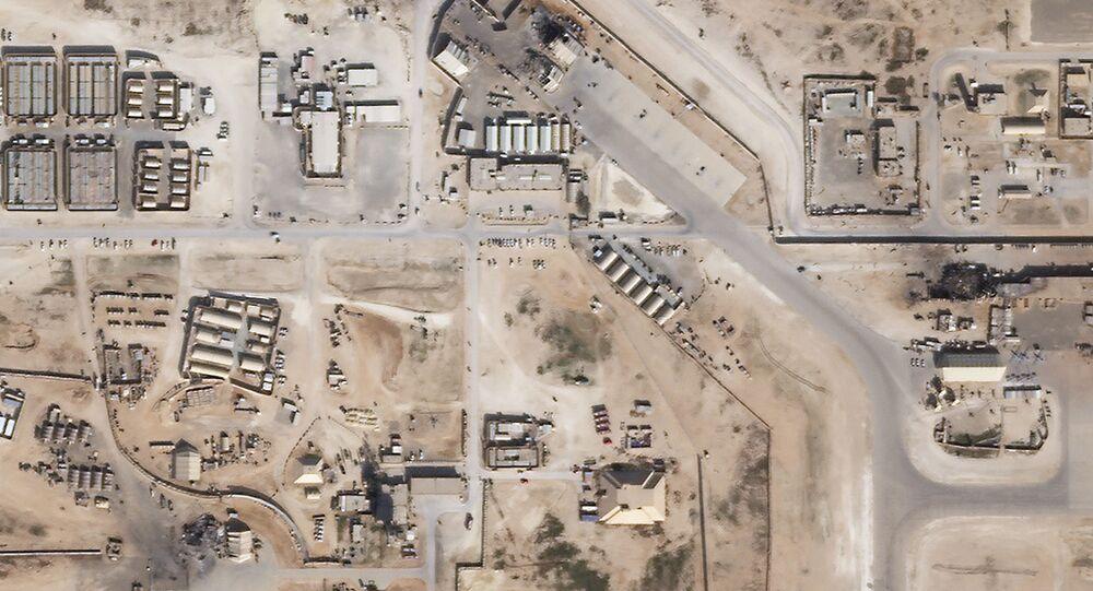 Snímek základny Ejn al-Asad po útoku