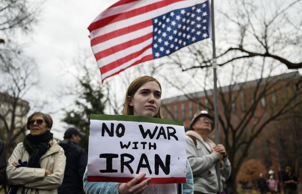 Protest proti válce s Íránem před Bílým domem ve Washingtonu 4. ledna 2020