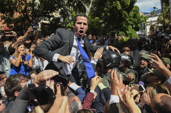 Самопровозглашенный исполняющий обязанности президента Венесуэлы Хуан Гуайдо в окружении журналистов по пути в Национальное собрание, Каракас - Sputnik Česká republika