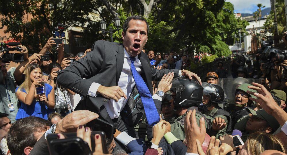 Venezuelský opoziční vůdce Juan Guaidó, který se nelegitimně prohlásil za dočasného prezidenta státu, jde do budovy Národního shromáždění (7. 1. 2020).