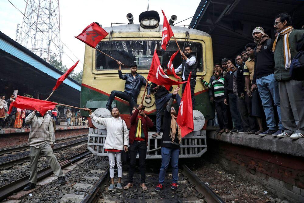 Zastánci Komunistické strany Indie blokují osobní vlak během protivládního protestu v Kalkatě
