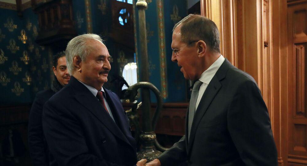 Velitel Libyjské národní armády maršál Chalífa Haftar a ruský ministr zahraničí Sergej Lavrov. 13. ledna 2020