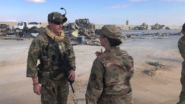 Военные на месте обстрела военной базы США Эйн-аль-Асад в Ираке - Sputnik Česká republika