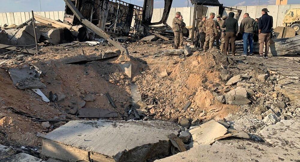 Následky ostřelování letecké základny Ajn al-Asad