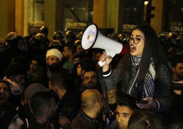 Účastnice protivládní protestní akce v Bejrútu