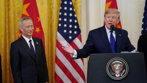 Vicepremiér Státní rady ČLR Liu He a americký prezident Donald Trump po podepsaní dokumentů týkajících se obchodní dohody - Sputnik Česká republika