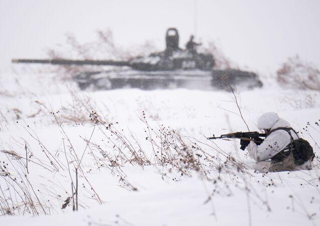 Bojová střelba v rámci lyžařského výcviku vojáků motorizovaných jednotek v Kemerovské oblasti