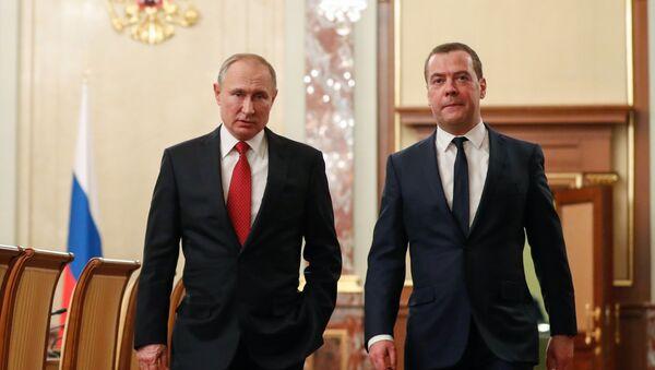 Ruský prezident Vladimir Putin a Dmitrij Medveděv před setkáním s členy vlády - Sputnik Česká republika