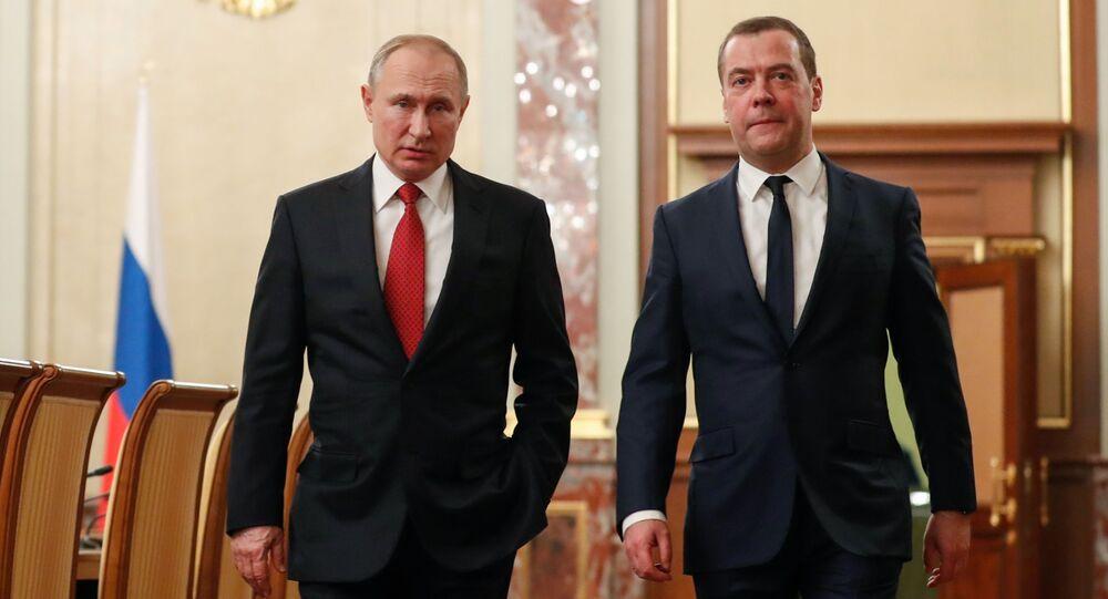 Ruský prezident Vladimir Putin a Dmitrij Medveděv před setkáním s členy vlády