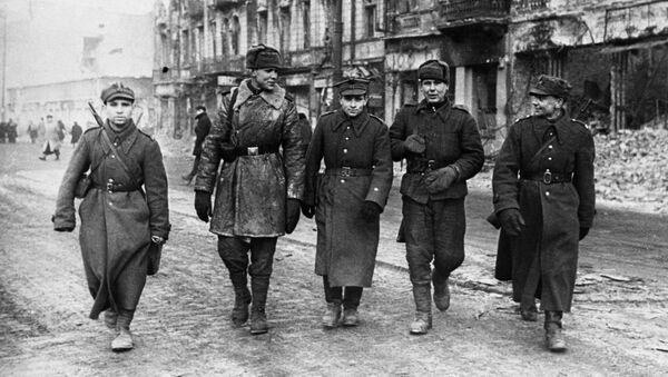 Vojáci Rudé armády a Polské armády v ulicích města, 1945 - Sputnik Česká republika