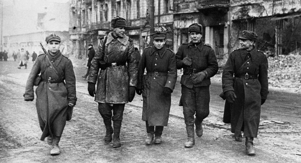 Vojáci Rudé armády a Polské armády v ulicích města, 1945