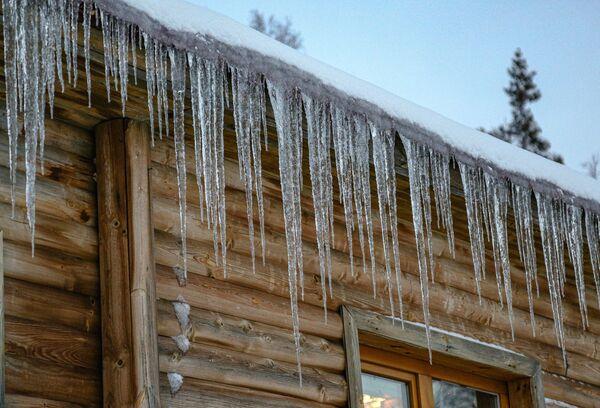 Rampouchy na dřevěném domě v Laponské přírodní biosférické rezervaci v Murmanské oblasti - Sputnik Česká republika