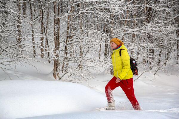 Turistka na sněžnicích v Laponské přírodní rezervaci - Sputnik Česká republika