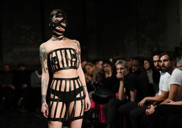 Modelka ukazuje výtvor Obectry, berlínský týden módy, Německo