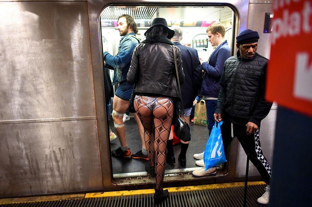 """Účastníci akce """"V metru bez kalhot"""" v metru v New Yorku"""