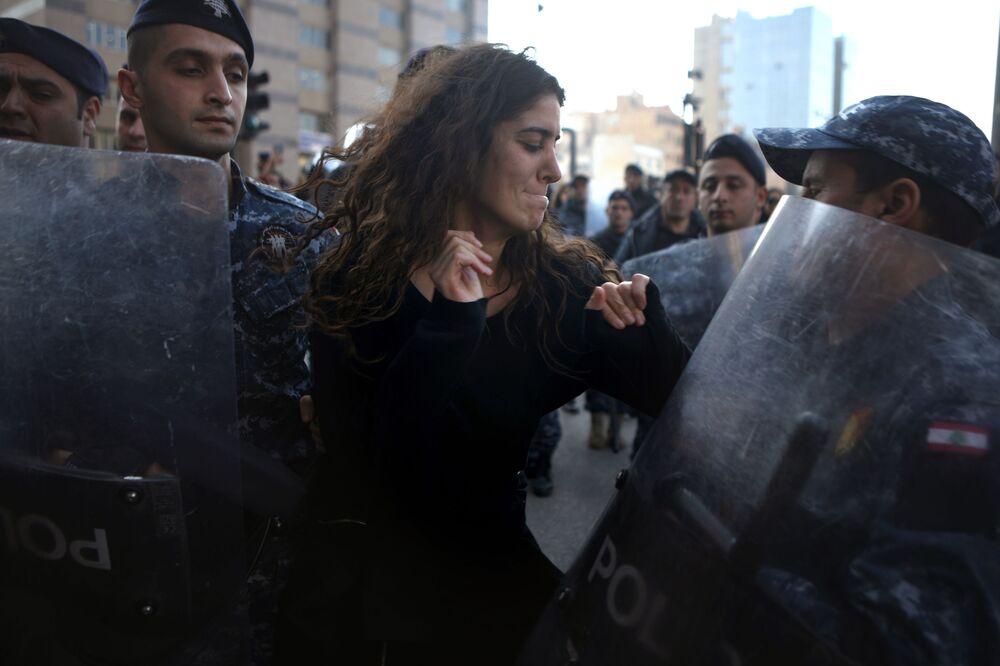 Demonstranti a libanonská policie v Bejrútu