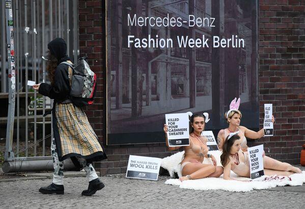 Aktivisté během berlínského týdne módy - Sputnik Česká republika
