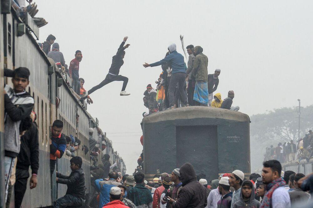 Účastníci setkání Bishwa Ijtima jsou ve vlaku do Tongy v Bangladéši