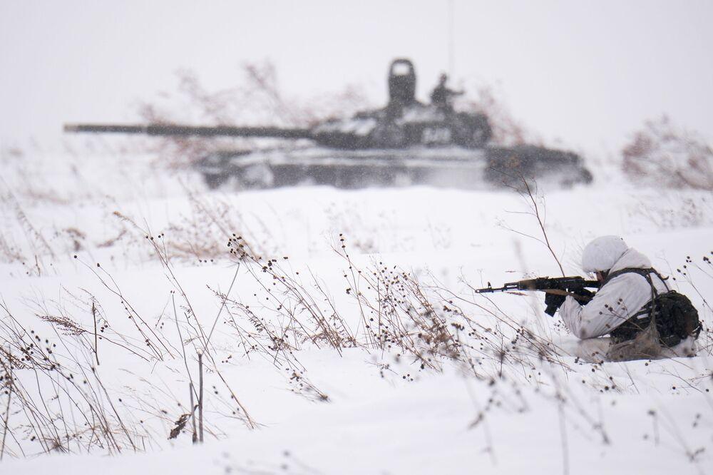 Bojová střelba v rámci lyžařského výcviku s vojáky motostřelecké jednotky v oblasti Kemerovo