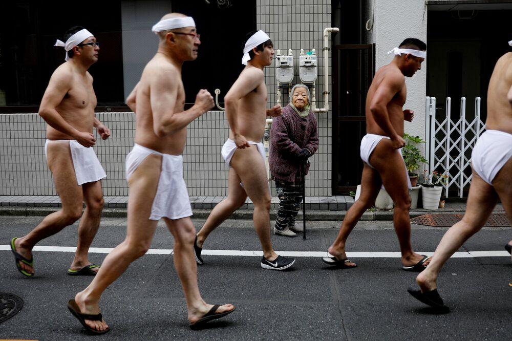 Japonci pobíhají v bederních rouškách