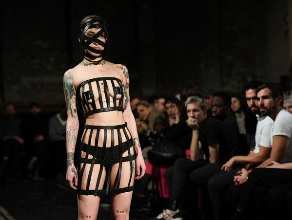 Modelka ukazuje výtvor Obectry, týden módy v Berlíně, Německo - Sputnik Česká republika