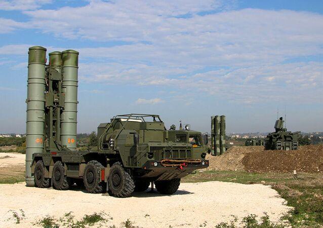 Protiletadlový raketový systém dlouhého dosahu S-300 na letecké základně Hmímím v Sýrii