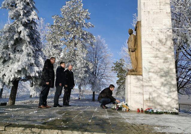Slovenský politolog Ľuboš Blaha při položení květin k pomníku