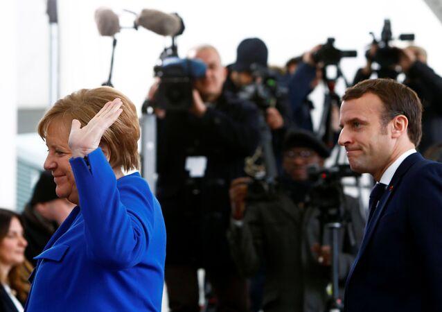 Německá kancléřka Angela Merkelová a francouzský prezident Emmanuel Macron na mezinárodní konferenci v Berlíně.