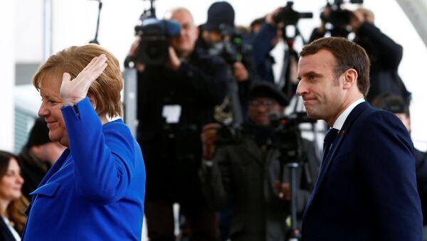 Německá kancléřka Angela Merkelová a francouzský prezident Emmanuel Macron na mezinárodní konferenci v Berlíně. - Sputnik Česká republika