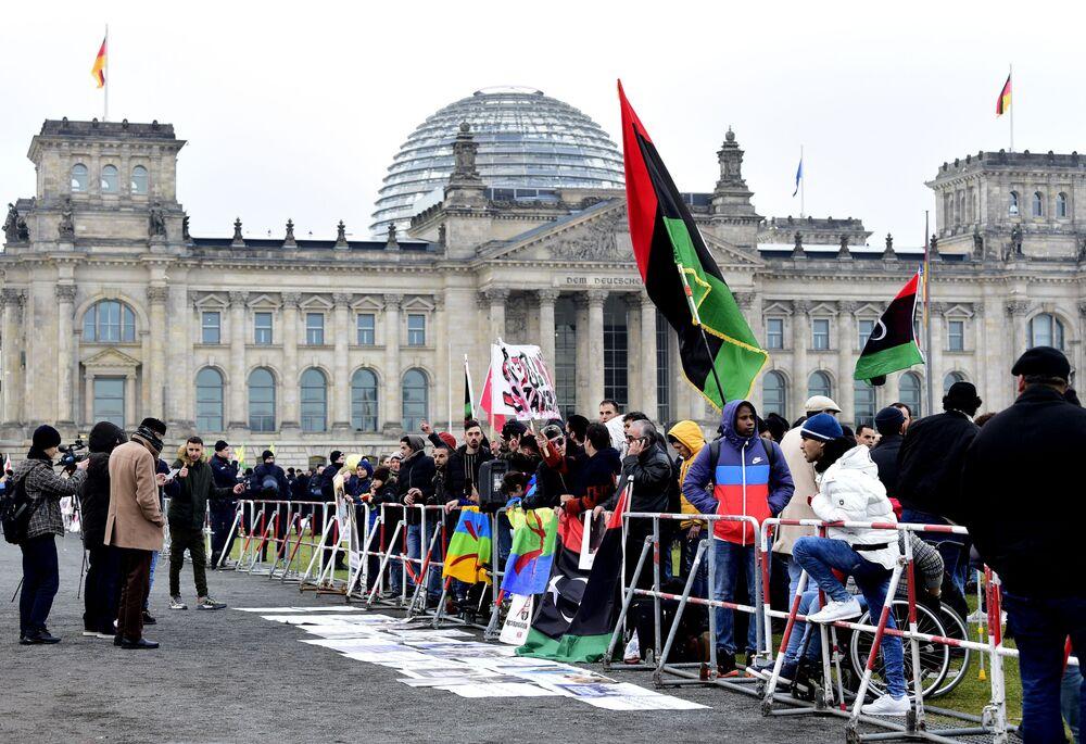 Protestující vedle budovy Říšského sněmu v Berlíně