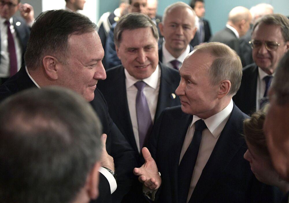 Ruský prezident Vladimir Putin a ministr zahraničí USA Mike Pompeo běhěm schůzky na mezinárodní konferenci v Berlíně