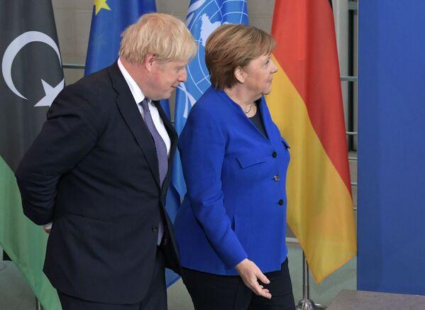 Britský premiér Boris Johnson a německá kancléřka Angela Merkelová - Sputnik Česká republika