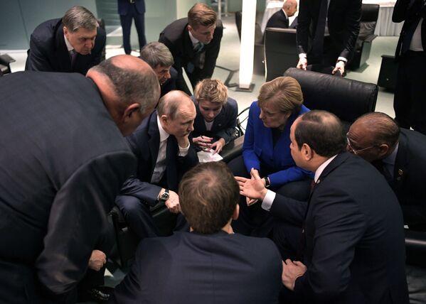 Vladimir Putin, Angela Merkelová a Abd al-Fattáh as-Sísí na mezinárodní konferenci v Berlíně - Sputnik Česká republika