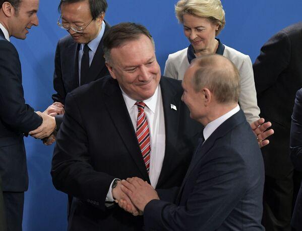 Ruský prezident Vladimir Putin a ministr zahraničí USA Mike Pompeo na mezinárodní konferenci v Berlíně - Sputnik Česká republika