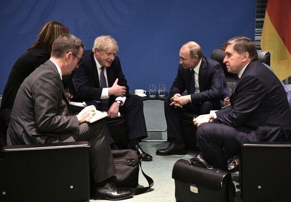 Ruský prezident Vladimir Putin a britský premiér Boris Johnson - Sputnik Česká republika