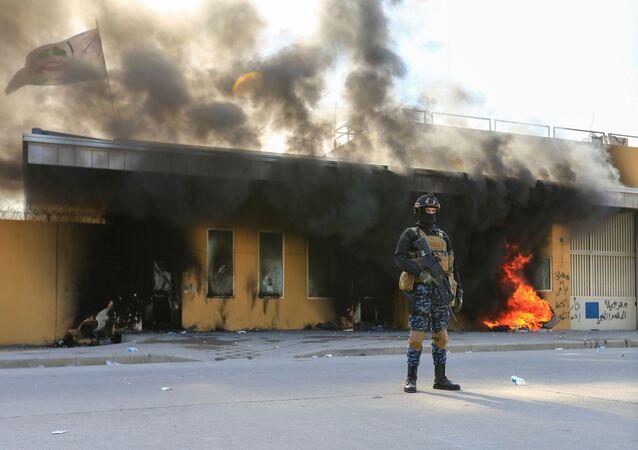 Pracovník bezpečnostní služby Iráku u budovy velvyslanectví USA v Bagdádu. Ilustrační foto