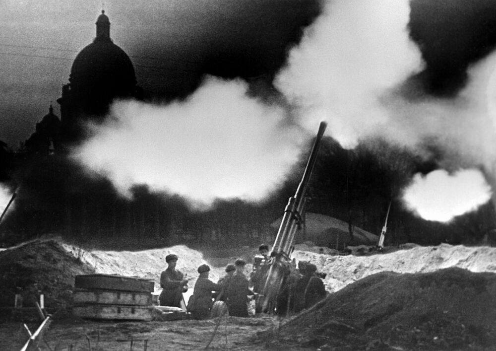 Obléhání Leningradu. Dělostřelecká baterie poblíž Katedrály svatého Izáka vede protiútok vůči německému letectvu.