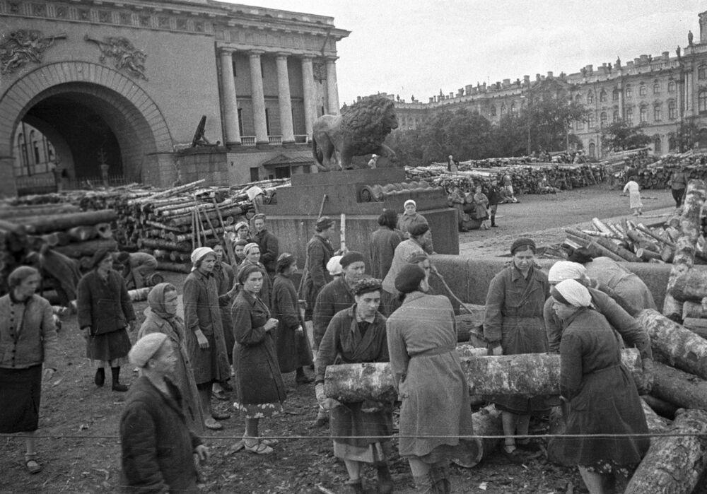 Civilní obyvatelstvo Leningradu staví hradby v ulicích města.