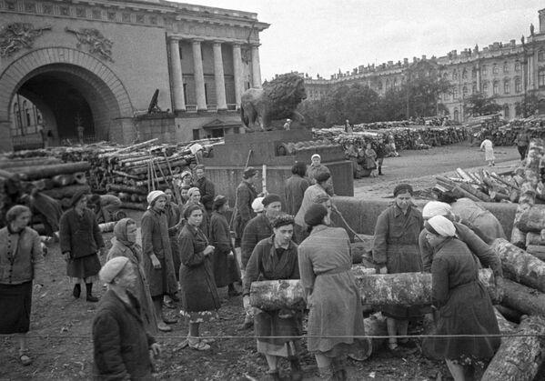 Civilní obyvatelstvo Leningradu staví hradby v ulicích města. - Sputnik Česká republika