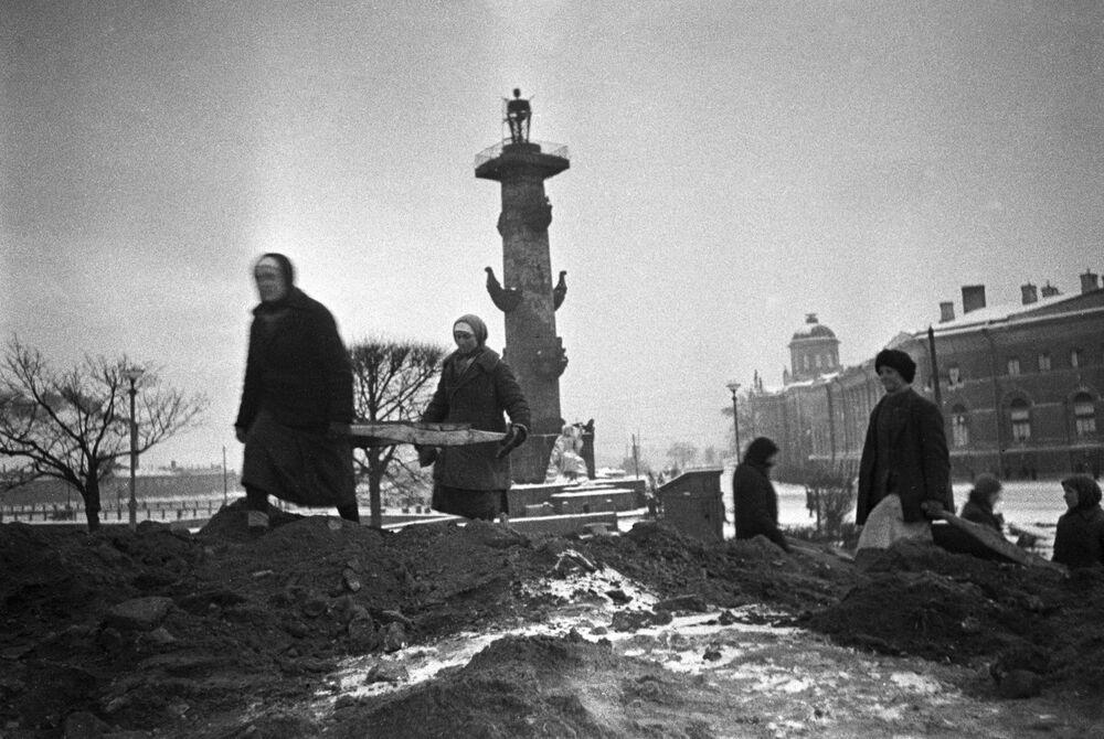 Civilní obyvatelstvo staví zábrany na Vasiljevském ostrově, rok 1942.